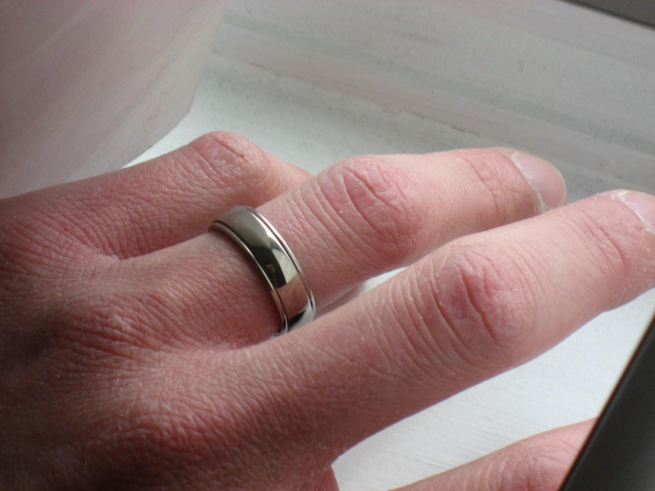 بريطاني يستعين بالطوارئ لنزع خاتم زواجه من إصبعه   مجلة الرجل