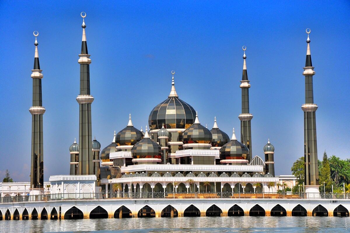 مسجد الكريستال بماليزيا درة تتلألأ وسط المياه
