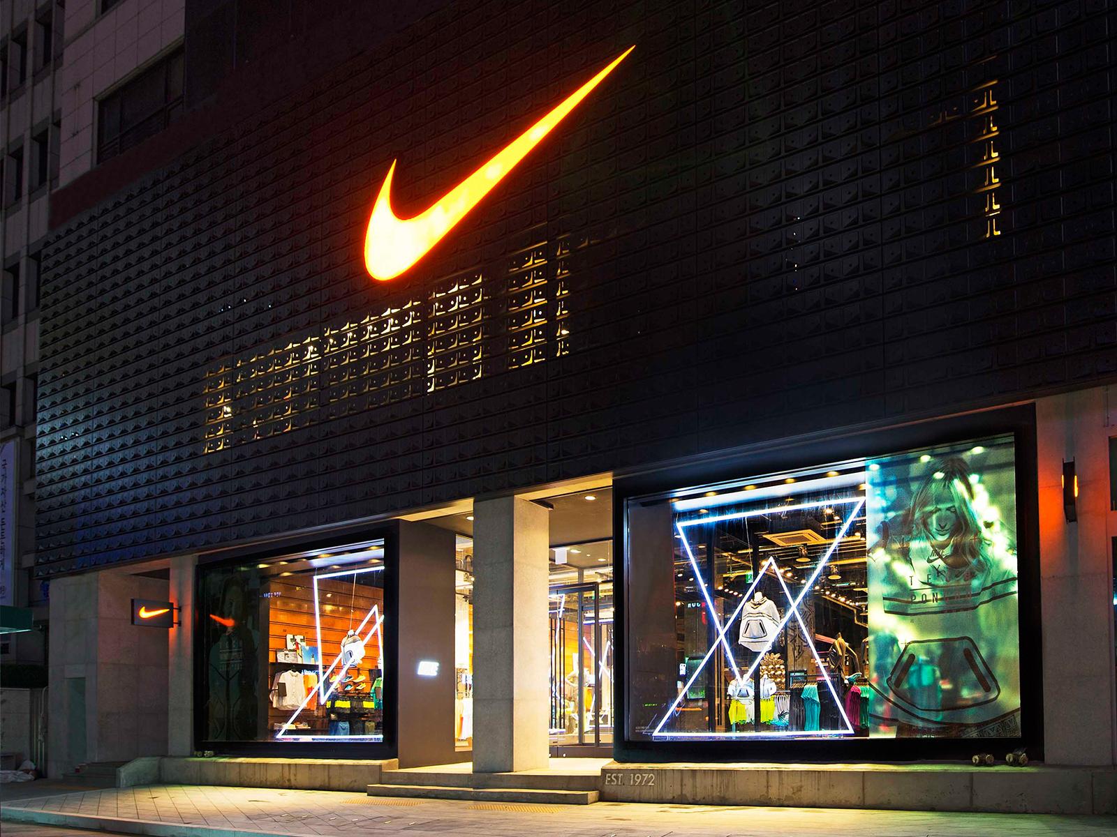 22f95247f شركة أمريكية كبيرة لإنتاج الملابس والأحذية والأدوات الرياضية، وتعد من أرقي  العلامات الرياضية في السوق ،تزين علامتها التجارية قمصان أشهر فرق كرة القدم  ...