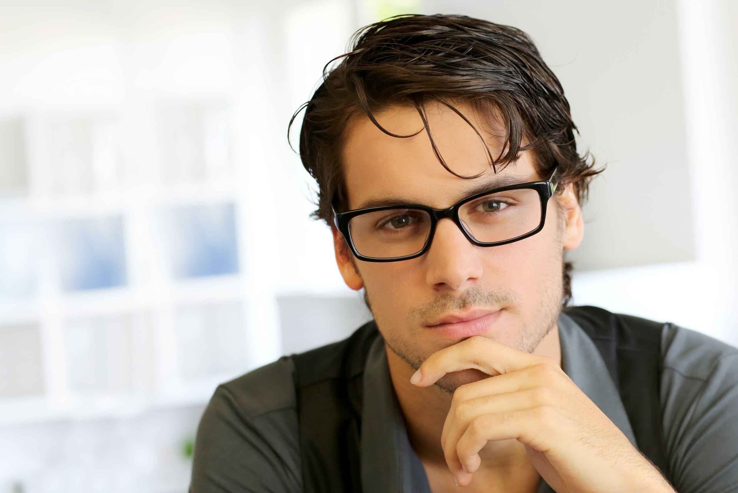 73dd86066 1- ارتداء النظارات يقلل من الحاجة للمس عينيك، وهذا بدوره يقلل من احتمال  التهاب عينيك أو تطوير أي عدوى للعين.