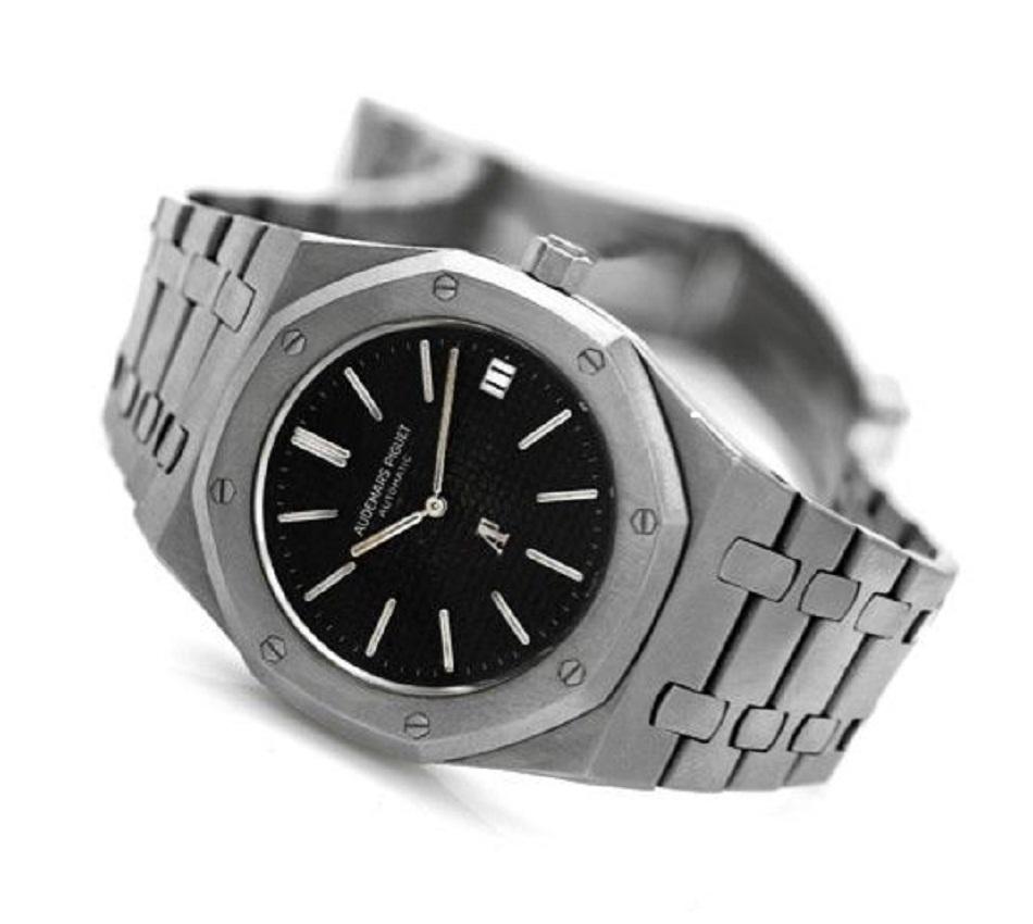 ad74d2337e6d4 تعد ساعة Royal Oak من أفخم الساعات التي انتجاتها شركة Audemars Piguet، فهي  مصنوعة من الذهب عيار 24 أو يمكنك اختيار النسخة الفضية منها، كما إنها مزينة  الجزع ...