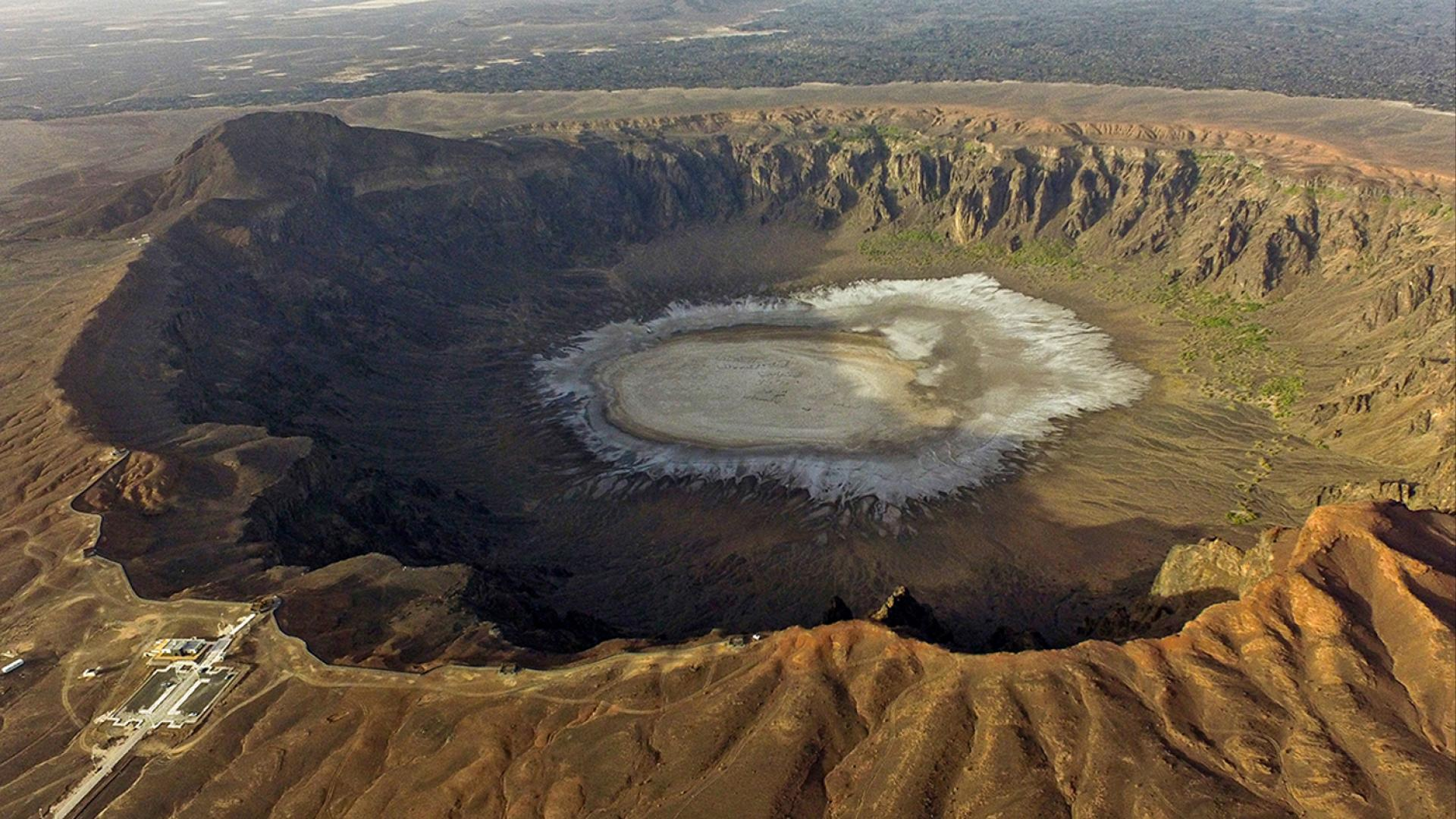"""يبلغ حجمها 190 ملعب كرة قدم.. """"الوعبة"""" أكبر فوهة بركان في ..."""