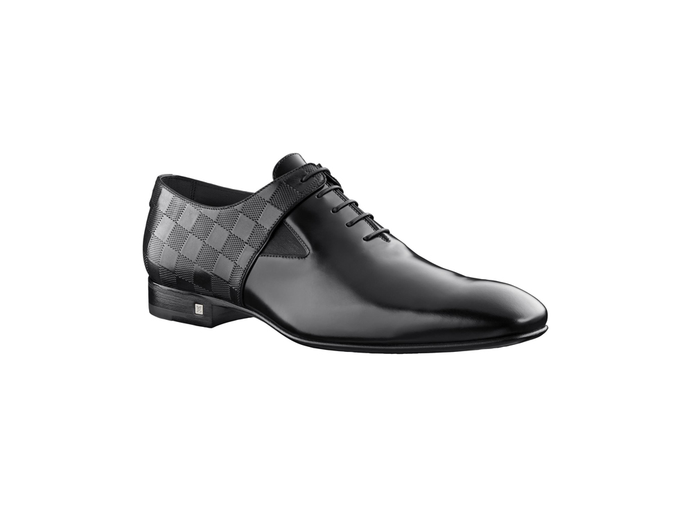 5d249dff8 حذاء أوكسفورد بتصميم كلاسيكي من لوي فيتون ولكن مع لمسة مختلفة تماماً.. شريط  بلون فسفوري صاخب. ولكن مجموعة لويس فيتون للاحذية الرسمية ٢٠١٩ وبجزء كبير  منها ...