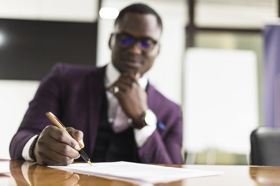 أهم النقاط التي يجب التركيز عليها قبل توقيع عقد العمل الرجل